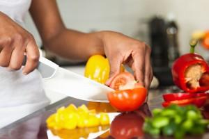 режут овощи