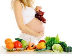 беременная с овощами и фруктами